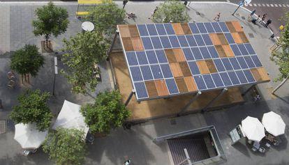 Pérgola con paneles solares en la plaza del Centre
