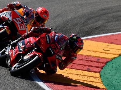 Francesco Bagnaia rueda por delante de Marc Márquez en el GP de Aragón de este domingo.