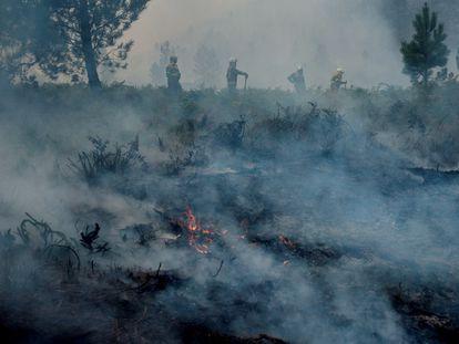 Las brigadas contra incendios trabajan en las labores de extinción del fuego en el transfronterizo Parque del Gerês-Xurês a principo de este mes.