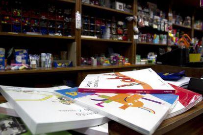 Libros de texto de primaria en una librería de Santiago de Compostela.