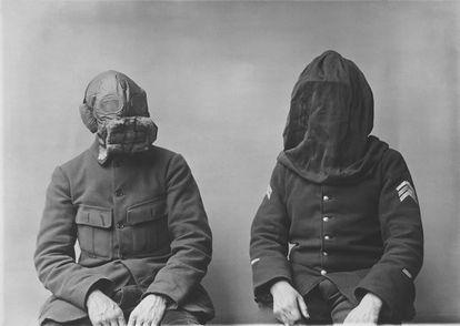 Máscara y capucha contra el fuego (1917-1918).