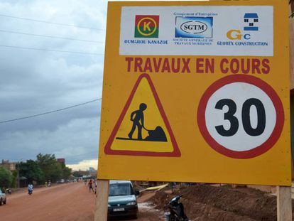 Trabajos en una calle de Uagadugú, Burkina Faso.