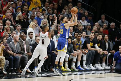 Stephen Curry, lanza un triple ante Portland