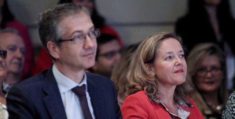 El gobernador del Banco de España, Pablo Hernández de Cos, y la vicepresidenta económica, Nadia Calviño.