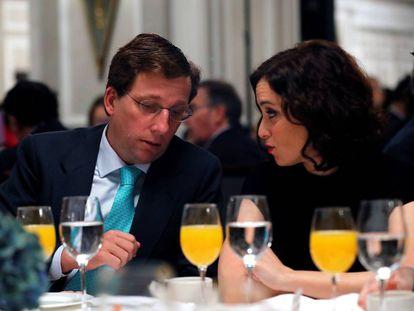 El alcalde de Madrid, José Luis Martínez-Almeida (i), conversa con la presidenta de la Comunidad de Madrid, Isabel Díaz Ayuso (d), durante un desayuno informativo en el que ha participado el líder del Partido Popular (PP), Pablo Casado, este lunes en Madrid.