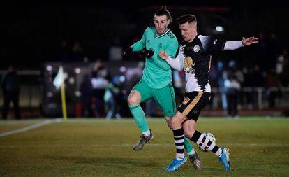 Bale pelea por el balón con Góngora en el Unionistas-Madrid.
