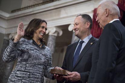 El entonces vicepresidente, Joe Biden, toma juramento a Kamala Harris como senadora por California, el 3 de enero de 2017.
