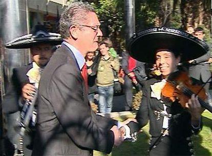 Gallardón choca la mano a uno de los músicos mexicanos.
