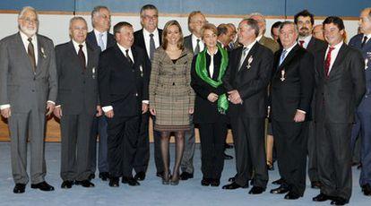 La ministra de Defensa Carme Chacón, junto a los integrantes de la Unión Militar Democrática a los que galardonó en reconocimiento a su papel durante la Transición.
