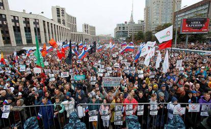 Miles de manifestantes piden que se permita participar a candidatos de la oposición en las próximas elecciones municipales, el sábado en Moscú.