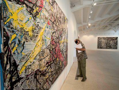 Un hombre visita la exposición 'Masses and Movements', de Mark Bradford, en la galería suiza Hauser & Wirth, en Menorca.