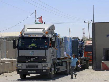 Camiones con mercancías, en la frontera de Kerem Shalom de la franja de Gaza.