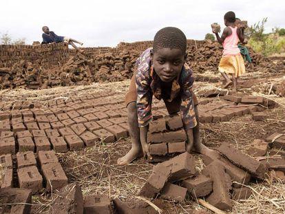 Un niño trabajador en Lilongwe (Malaui).