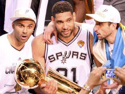 Duncan, Parker y Ginobili celebran el anillo de la NBA.