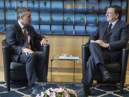 El presidente de la Comisión Europea, José Manuel Durao Barroso, conversa con el lehendakari, Iñigo Urkullu, durante su reunión en la sede de la CE en Bruselas.