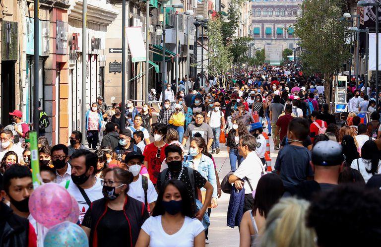 Varias personas caminan por el centro histórico de Ciudad de México este martes.