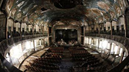 Panorámica del teatro en ruinas.