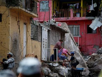 Los residentes evacuan su hogar en el lugar cercano al derrumbe del cerro del Chiquihuite, en Tlalnepantla.