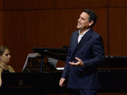 El tenor peruano Juan Diego Flórez, durante su recital en el Liceo, acompañado de la pianista francesa Cécile Restier.