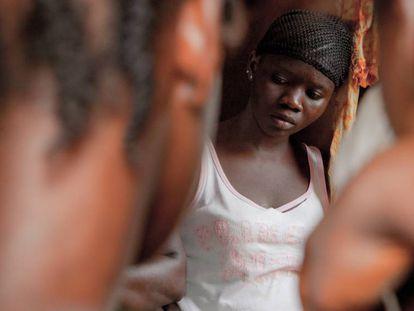 Una niña de Grafton, un barrio de Freetown (Sierra Leona) escucha en silencio los problemas que relatan sus compañeras.