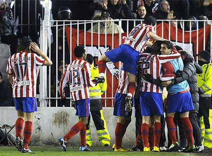 El Atlético se mete en la última ronda de la Copa tras doblegar al Racing también en su casa