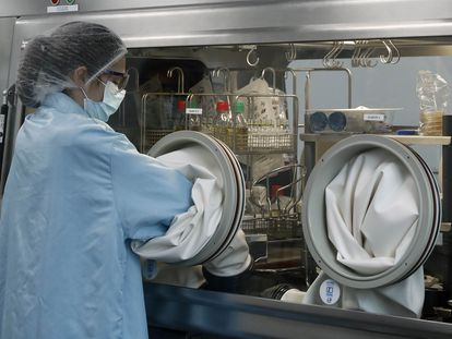 Sala de microbiología en las instalaciones de Sant Joan Despí (Barcelona) de la empresa farmacéutica Reig Jofre, que producirá la vacuna de Janssen, el pasado marzo.