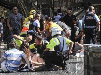 Unidades de emergencia atienden a algunos de los heridos en el atentado de La Rambla.