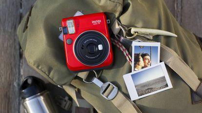 Las cámaras instantáneas Instax mini 70 son una de las mejores opciones para capturar recuerdos este verano.