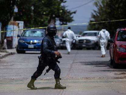 Un policía local acordona el sitio donde fueron dejados restos humanos sobre la calle Niños Héroes en la ciudad de Zacatecas el 24 de junio de 2021.