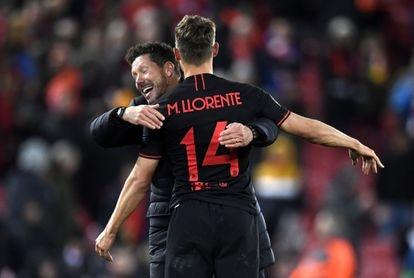 Simeone abraza a Llorente tras marcar  este su segundo gol al Liverpool en Anfield.