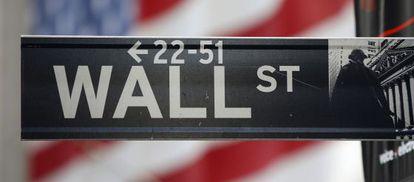El cartel de Wall Street, con una bandera al fondo.