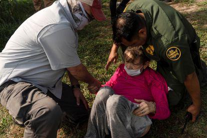Un agente de la Patrulla Fronteriza asiste al anciano venezolano en Del Rio, Texas, el 26 de mayo.