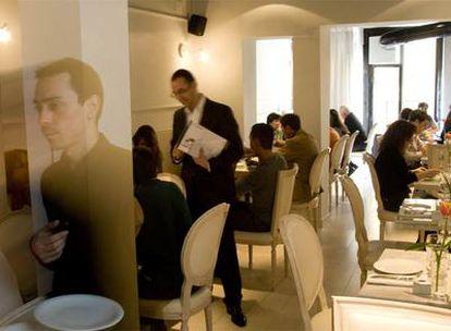 Interior de Kitchen Stories, restaurante al que se puede acceder tanto desde la calle de Cuchilleros como desde la de Toledo.