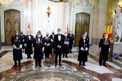El rey Felipe VI y el presidente del Consejo General del Poder Judicial (CGPJ), Carlos Lesmes, posan antes de inaugurar el año judicial.