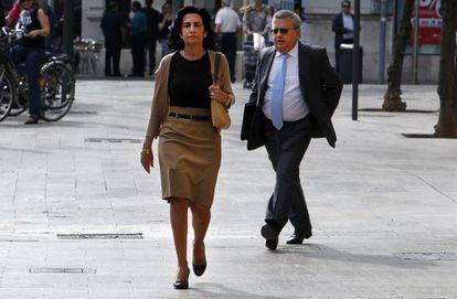 La exconsejera de Turismo Angélica Such seguida por el fiscal anticorrupción, Jesús Carrasco, ante el Tribunal Superior de Justicia de la Comunidad Valenciana.