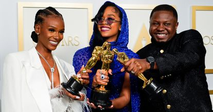 Tiara Thomas, H.E.R. y Dernst Emile II, ganadores de la estatuilla a la mejor canción original por 'Fight For You', de la película 'Judas y el mesías negro'.