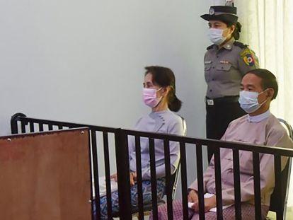 Aung San Suu Kyi y el presidente Win Myint, el 24 de mayo en su primera comparecencia judicial tras el golpe de Estado en Myanmar.