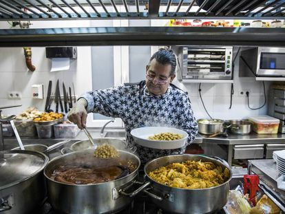 Pepe Filloa, jefe de cocina del restaurante La Clave de Madrid, entre fogones preparando un cocido madrileño.