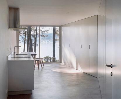 Sofía Blanco Santos acaba de entregar unos sutiles apartamentos minimalistas que ha diseñado en Coroso (A Coruña) en colaboración con Caio Barboza.