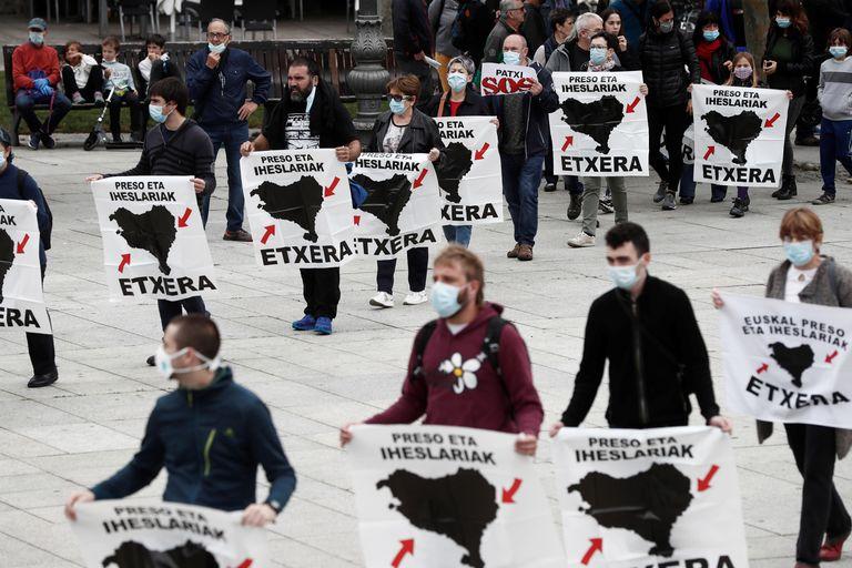 Un grupo de personas participa en una concentración para reclamar el acercamiento de los presos de ETA , en Pamplona.