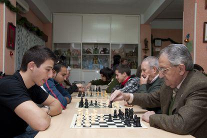 Uno de los encuentros entre jóvenes y mayores que organizan el Gobierno Extremeño y el Club Mágic de Mérida