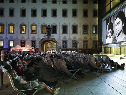 Espectadores en el cine de verano en el patio del CCCB de Barcelona.