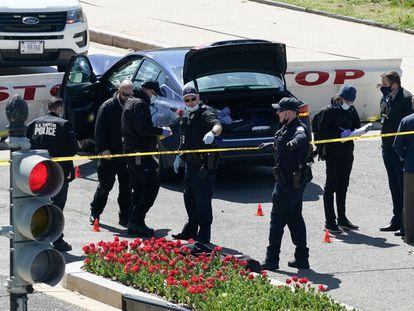 Varios policías junto al coche que se estrelló en una barrera cerca del Capitolio, este viernes, en Washington.