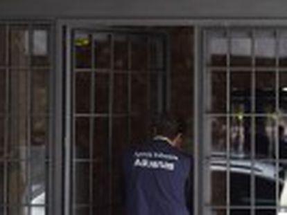 La policía se lleva al exvicepresidente del Gobierno arrestado tras el registro de su domicilio en Madrid
