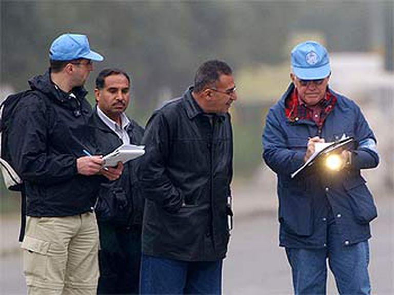 Inspectores de la ONU hablan con funcionarios iraquíes en una fábrica cercana a Bagdad.