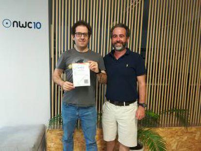 Diego Martín (izquierda) y José Luis Cáceres (derecha), fundadores de Blocknap, muestran uno de los contratos inteligentes que han firmado a través de su plataforma.
