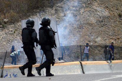 Policías mexicanos se enfrentan con manifestantes en Guerrero