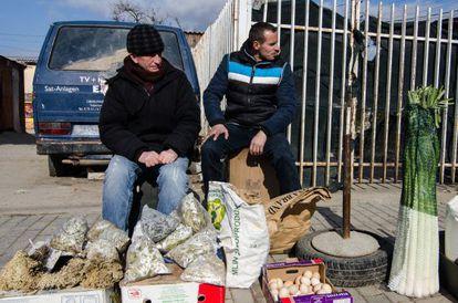 Un par de vendedores de comida en Pristina, en febrero.