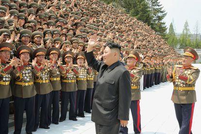 Kim Jong-un participa en un acto con soldados en una fotografía distribuida el 30 de julio por la agencia oficial, KCNA.