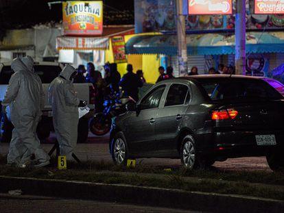 Peritos forenses en la zona donde fue asesinado el fiscal Gregorio Pérez Gómez, la madrugada de este miércoles.